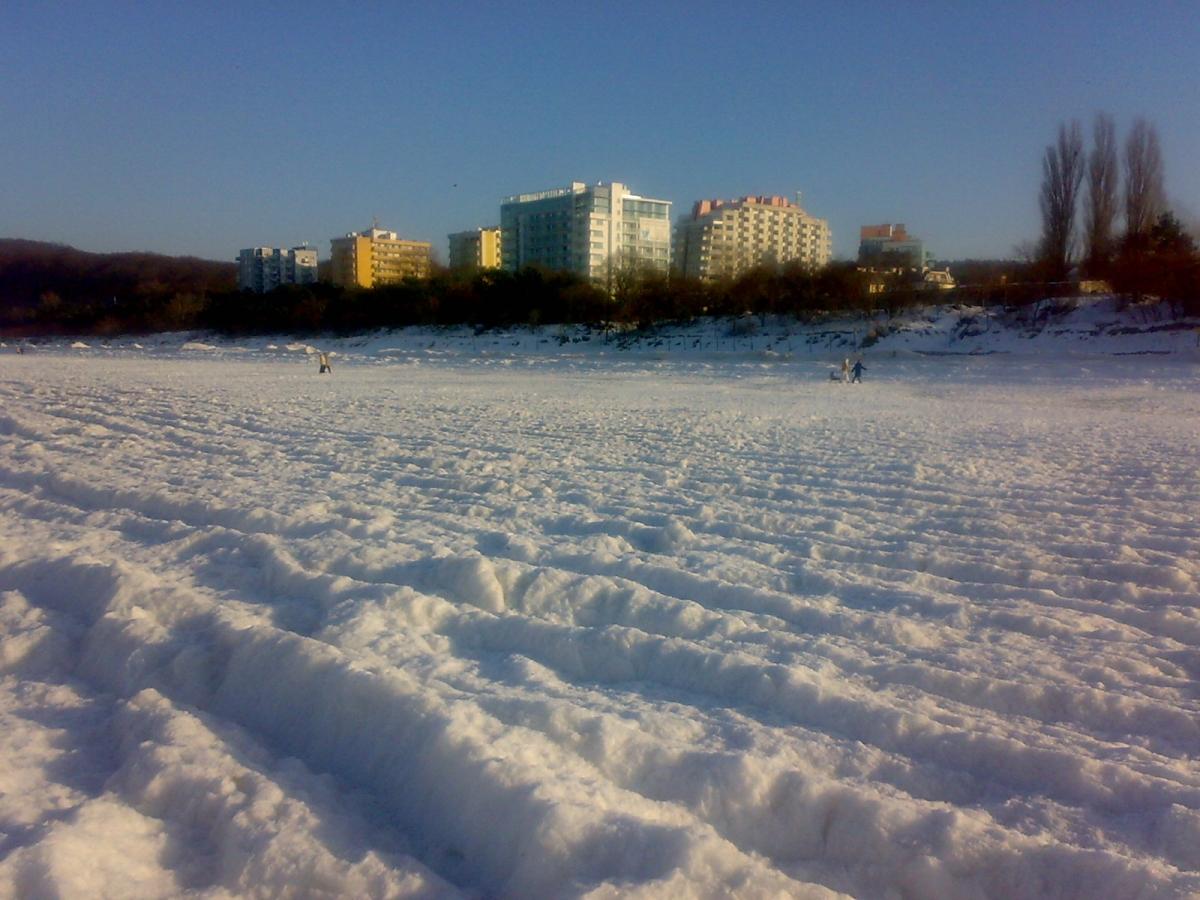 Słońce Bałtyku na styczniowej plaży